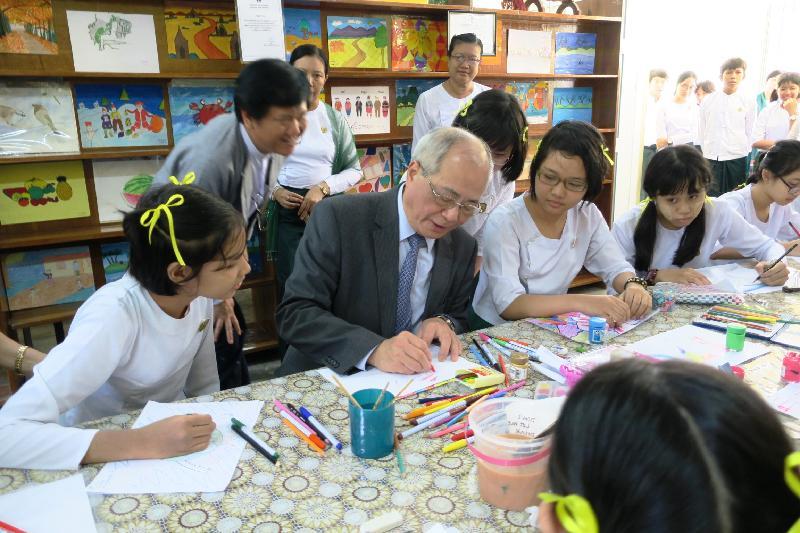 教育局局長吳克儉(左二)今日(六月十五日)在緬甸仰光教育大學的實驗高中觀課時與學生交流。