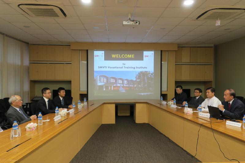 教育局局長吳克儉(左一)今日(六月十五日)在緬甸參觀新加坡-緬甸職業培訓學院,並與校長Foo Jee Hin(右一)就職業專才教育交流意見。
