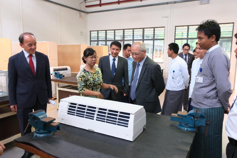 教育局局長吳克儉(左四)今日(六月十五日)在緬甸參觀新加坡-緬甸職業培訓學院,該校成立於二○一六年,為緬甸的重點行業提供技術人才。