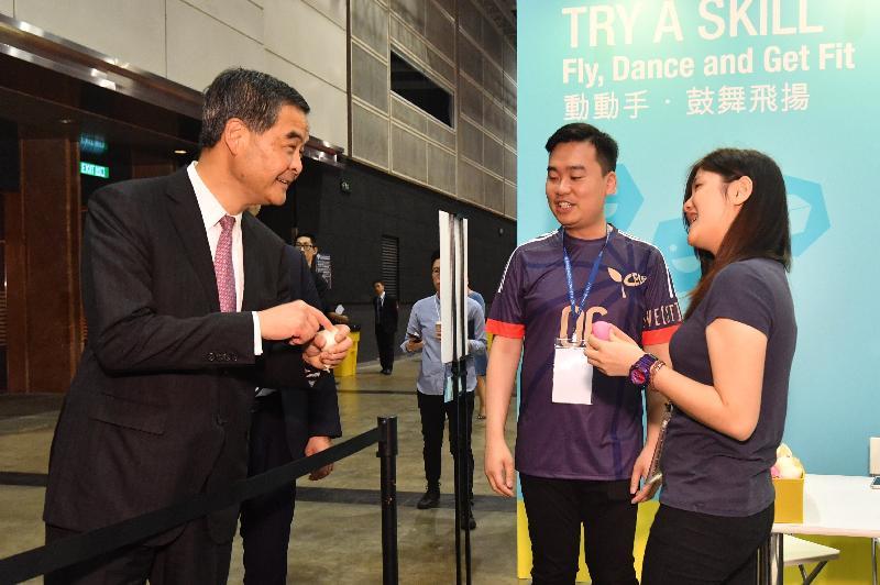 行政長官梁振英今日(六月十六日)出席職業專才教育國際研討會暨香港青年技能大賽與嘉年華2017。圖示梁振英(左一)參觀嘉年華。