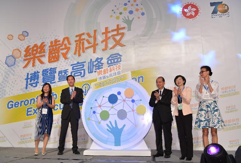 政務司司長張建宗今日(六月十六日)上午出席樂齡科技博覽暨高峰會開幕儀式。圖示張建宗(右三)、香港社會服務聯會主席陳智思(左二)、香港科技園公司主席羅范椒芬(右二)及其他嘉賓一同主持開幕儀式。