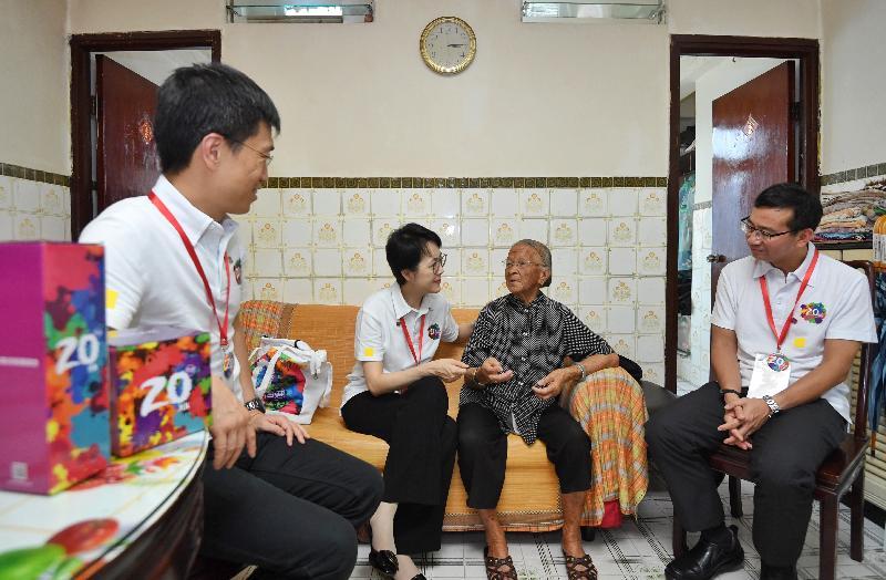 行政署長蔡潔如(左二)及副行政署長鄭錦榮(左一)今日(六月十六日)探訪大埔的長者,並向她送上禮物包,一起分享香港回歸二十周年的喜悅。