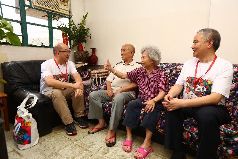 政制及內地事務局局長譚志源(左一)今日(六月十七日)到油尖旺區探訪長者家庭,了解他們的生活,並派發禮物包。