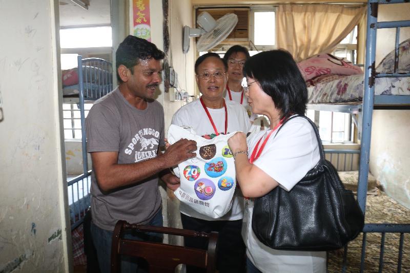 政制及內地事務局常任秘書長張琼瑤(右)今日(六月十七日)到油尖旺區探訪少數族裔家庭,並向家庭派發禮物包。