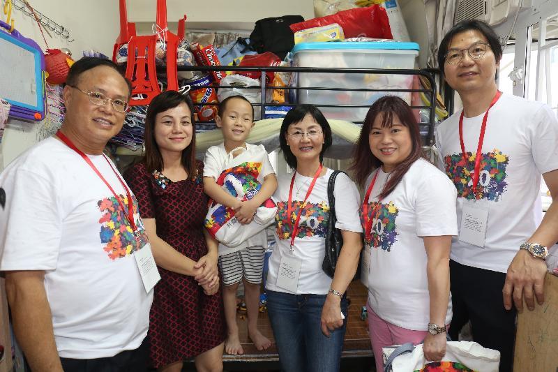 政制及內地事務局常任秘書長張琼瑤(右三)及副秘書長羅淑佩(右二)今日(六月十七日)到油尖旺區探訪家庭,並向家庭派發禮物包。