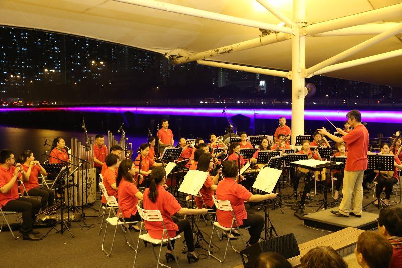 沙田區議會今晚(六月十七日)舉行特色燈光中樂匯演。香港中樂團的現場中樂演奏配合橋上特色燈飾效果,為城門河畔營造繽紛及多姿多彩的氣氛。
