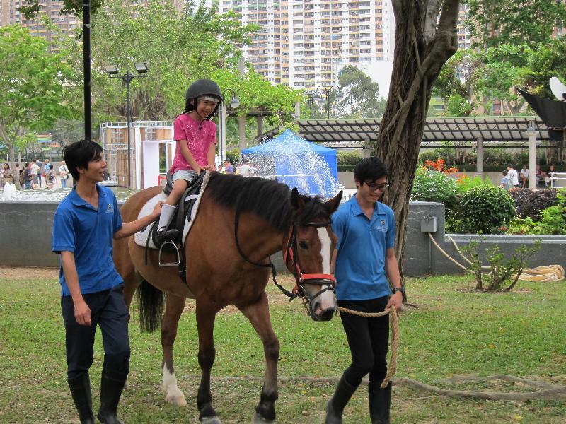 「慶祝香港回歸祖國二十周年--沙田薈萃樂滿FUN」於六月二十五日上午十一時至下午六時在沙田公園、沙田公園露天劇場及沙田大會堂廣場舉行。圖示當日會舉行的騎馬樂。