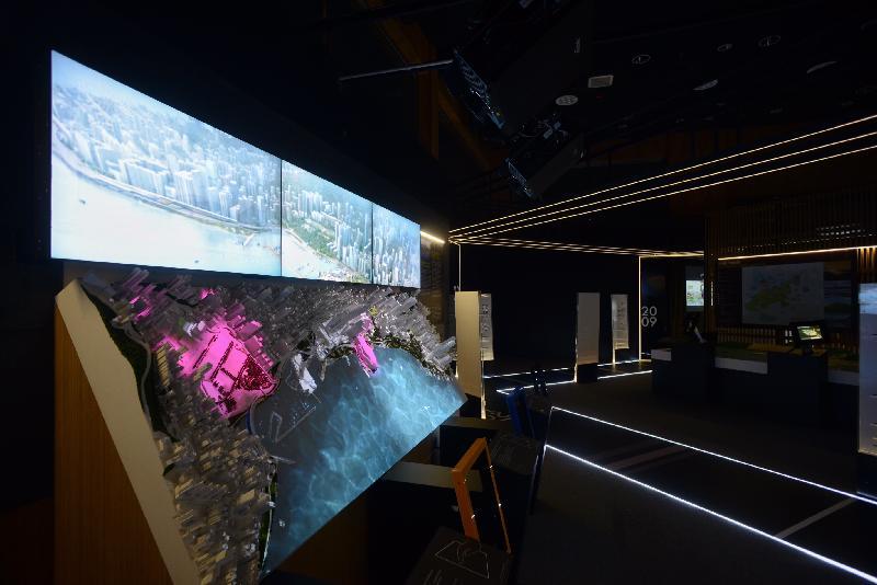 「印象∞香港」展覽由明日(六月二十日)至十一月三十日於展城館舉行。「展‧望」展區運用後現代主義手法,通過五個互動模型,闡述主要的香港發展項目。