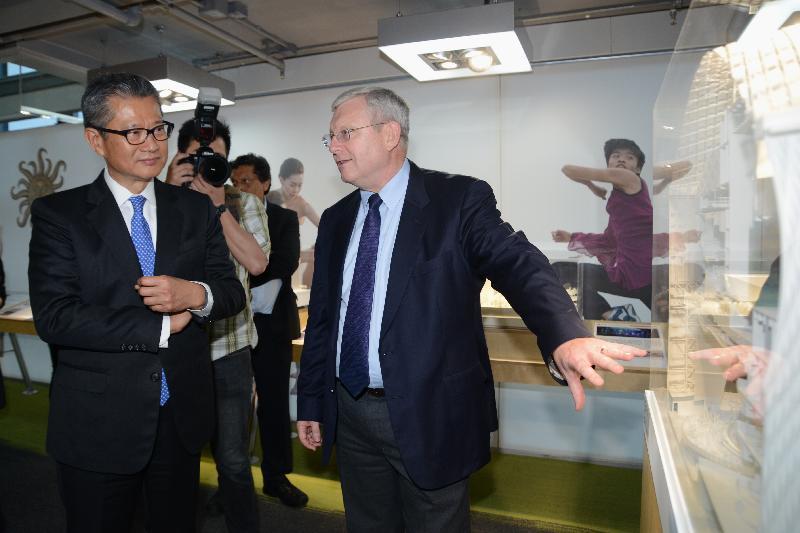 財政司司長陳茂波今日(六月十九日)傍晚出席在展城館舉行的「印象∞香港」展覽開幕禮。圖示陳茂波(左)參觀展覽。