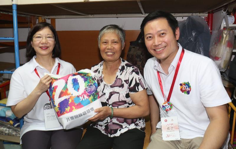 民政事務總署署長謝小華(左)和民政事務局局長政治助理徐英偉(右)今日(六月十九日)探訪沙田新翠邨一個家庭,了解其生活情況和派發禮品包。