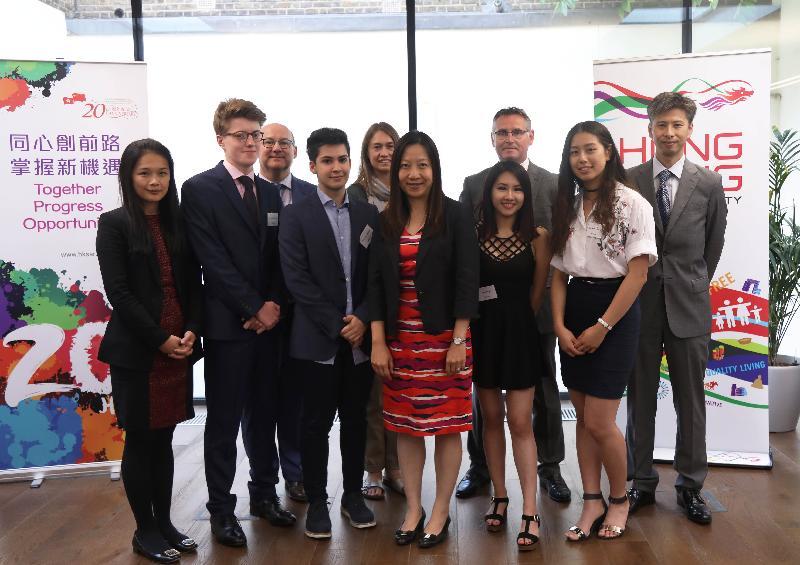 香港駐倫敦經濟貿易辦事處(倫敦經貿辦)舉辦以「香港:年青旅客的理想度假勝地!」為主題的比賽,獎品為今年在香港的大學修讀暑期課程。勝出學生、比賽評審成員及贊助機構代表六月十六日(倫敦時間)出席在倫敦經貿辦舉行的特別頒獎儀式,圖為(左起)倫敦經貿辦副處長楊樂詩、優勝者Michael McGrade、英國文化協會東亞及美洲地區經理Martin Daltry、優勝者Wesley Tizzard、英國文化協會亞洲地區主管Rachel Ireland、倫敦經貿辦處長杜潔麗、優勝者Fiona Lai、國泰航空公司市務及數碼營銷經理Paul Cruttenden、優勝者Carmen Truong和香港協會副主席黎家熾。