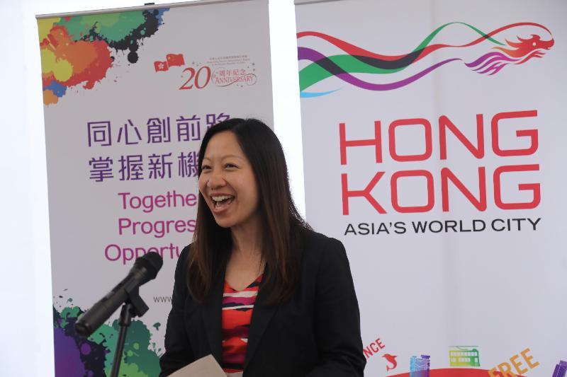 香港駐倫敦經濟貿易辦事處(倫敦經貿辦)舉辦以「香港:年青旅客的理想度假勝地!」為主題的比賽,頒獎儀式六月十六日(倫敦時間)在倫敦經貿辦舉行。圖示倫敦經貿辦處長杜潔麗在頒獎儀式上向來賓致辭。
