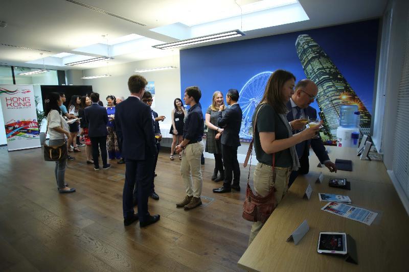 香港駐倫敦經濟貿易辦事處(倫敦經貿辦)舉辦以「香港:年青旅客的理想渡假勝地!」為主題的比賽,並於六月十六日(倫敦時間)在倫敦經貿辦舉行頒獎禮。圖示展出五位優勝者作品的展覽。