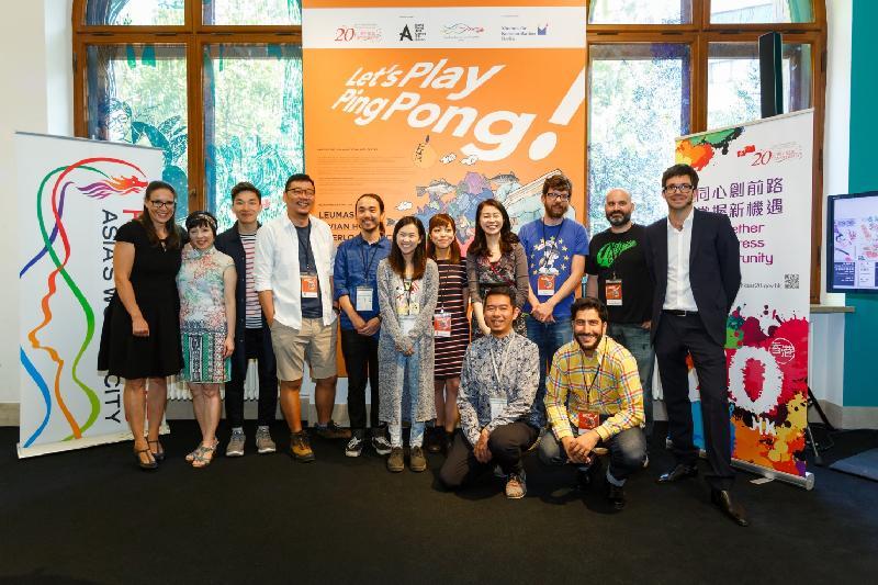 來自香港的年輕漫畫家和插畫師於六月十七日(柏林時間)舉行的「Let's Play Ping Pong!」香港漫畫展上與主辦單位合照。