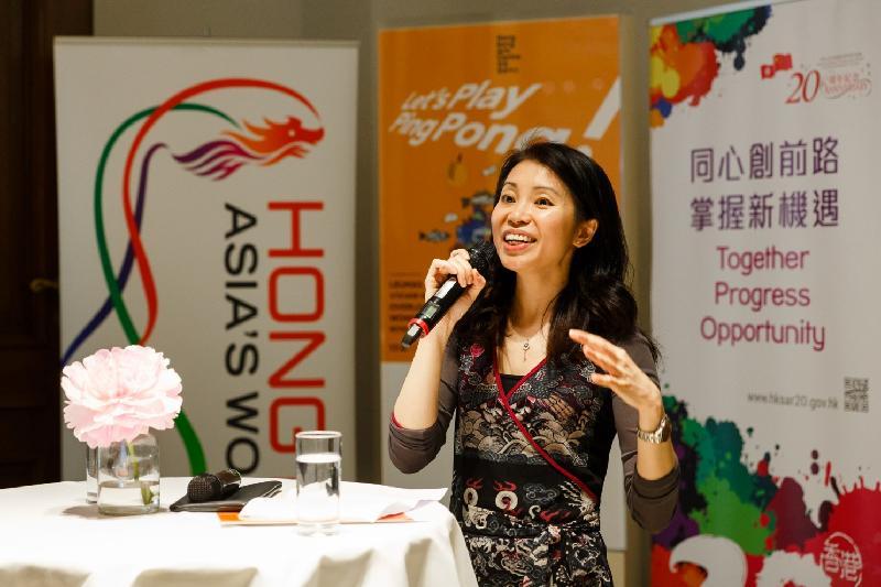 香港駐柏林經濟貿易辦事處處長何小萍於六月十七日(柏林時間)舉行的「Let's Play Ping Pong!」香港漫畫展開幕典禮上致歡迎辭。