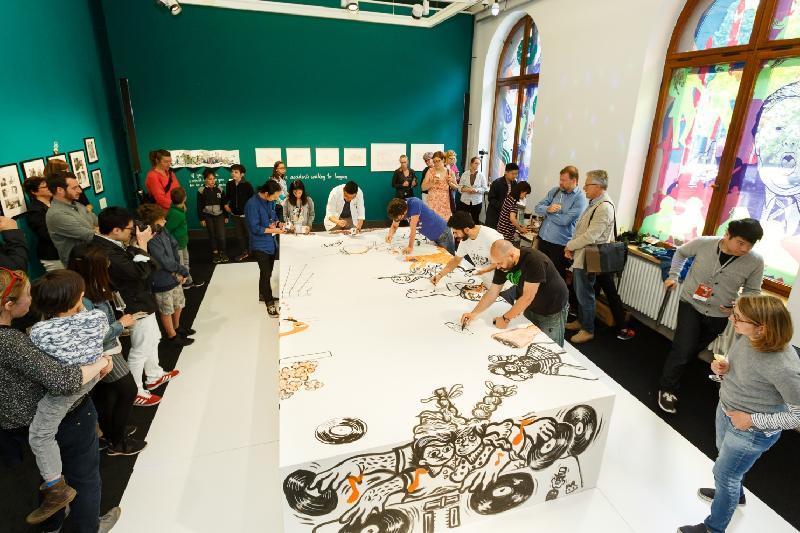 香港本地藝術團體「乒乓」和德國當地藝術家於六月十七日(柏林時間)舉行的「Let's Play Ping Pong!」香港漫畫展上即場表演繪畫。