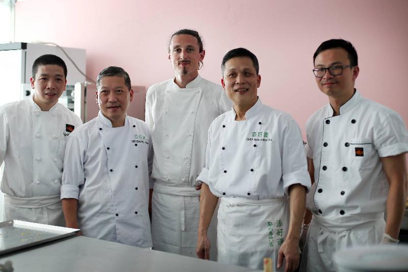 香港餐廳六月十八日(波爾多時間)在法國波爾多葡萄酒及烈酒展覽會(Vinexpo)開幕,向法國和國際來賓推廣香港這個亞洲美食之都。圖為香港餐廳設計特色餐單的廚師(左起)葉卡安、梁輝強、Jérôme Billot、麥桂培及丁偉霖合照。