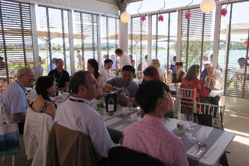香港餐廳六月十八日(波爾多時間)在法國波爾多葡萄酒及烈酒展覽會(Vinexpo)開幕,向法國和國際來賓推廣香港這個亞洲美食之都。圖示記者參加在當日舉行的傳媒午宴。