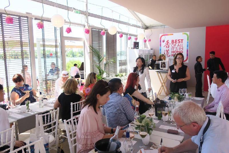 香港餐廳六月十八日(波爾多時間)在法國波爾多葡萄酒及烈酒展覽會(Vinexpo)開幕,向法國和國際來賓推廣香港這個亞洲美食之都。香港駐歐洲聯盟特派代表林雪麗(左方站立者)於在香港餐廳舉行的傳媒午宴中向記者介紹香港作為葡萄酒貿易樞紐的角色、香港與法國的聯繫,以及慶祝香港特別行政區成立二十周年的活動。