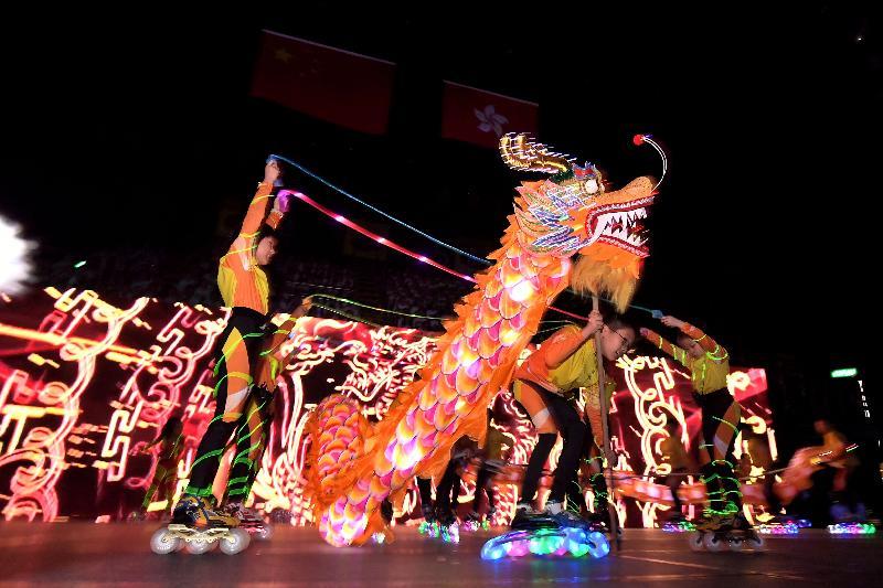 教育局聯同香港、九龍、新界三個地域校長會今日(六月二十一日)舉辦「慶祝香港回歸二十周年粵港學校大匯演」。圖為大匯演上的舞龍表演。