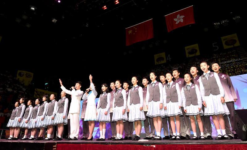 來自粵港兩地姊妹學校的學生今日(六月二十一日)在「慶祝香港回歸二十周年粵港學校大匯演」上表演朗誦。
