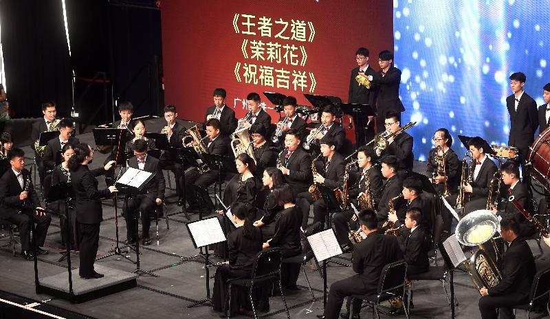學生今日(六月二十一日)在「慶祝香港回歸二十周年粵港學校大匯演」上演奏樂器。
