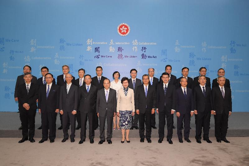 候任行政長官林鄭月娥(前排中)今日(六月二十一日)與香港特別行政區第五屆政府主要官員於記者會上合照。