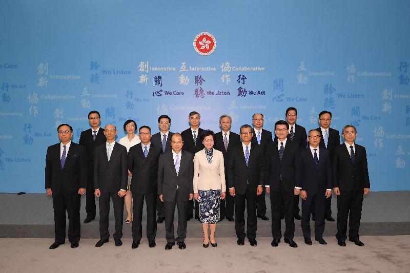 候任行政長官林鄭月娥(前排中)今日(六月二十一日)與香港特別行政區第五屆政府政治委任制度下的主要官員於記者會上合照。