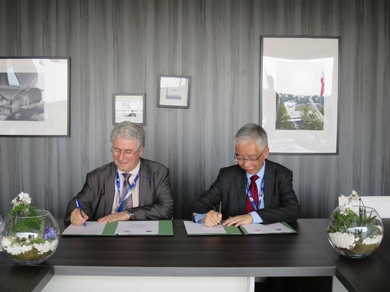 運輸及房屋局常任秘書長(運輸)黎以德(右)昨日(巴黎時間六月二十二日)在巴黎與法國民航局局長Patrick Gandil(左)就提升東南亞地區國家的民航能力和民航安全簽訂合作備忘錄。