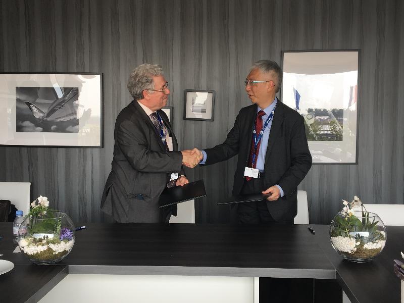 運輸及房屋局常任秘書長(運輸)黎以德(右)昨日(巴黎時間六月二十二日)在巴黎與法國民航局局長Patrick Gandil(左)簽署合作備忘錄後交換文件。