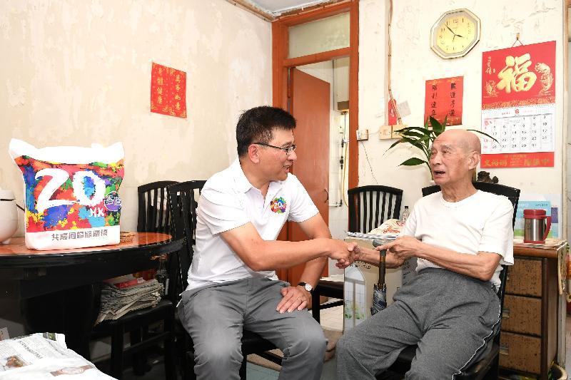 財經事務及庫務局局長陳家強(左)今日(六月二十三日)下午到石圍角邨參與家訪活動,向獨居長者表達關懷。