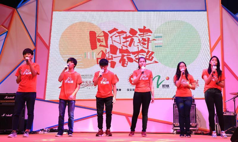 青少年隊伍今日(六月二十四日)在大型禁毒活動「2017同行抗毒 強者本色」上,透過演繹勵志歌曲,鼓勵青年人保持正向。