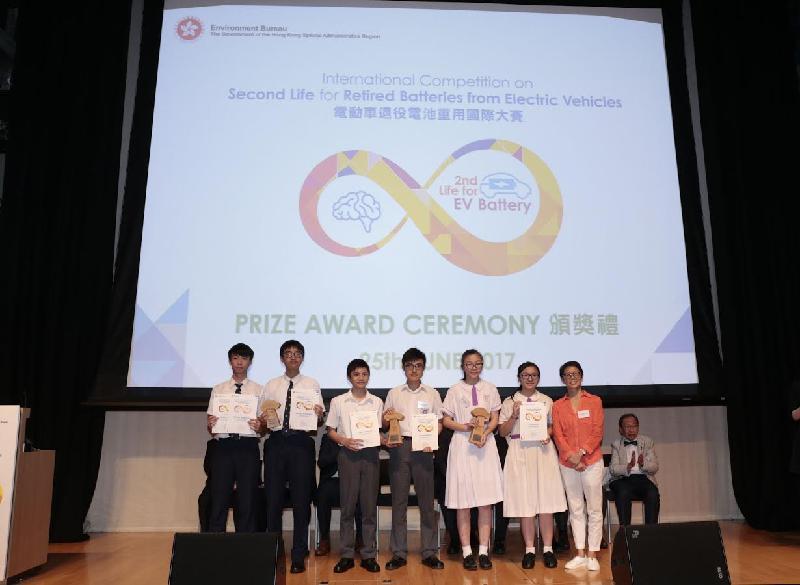 署理環境局局長陸恭蕙(右一)今日(六月二十五日)與「電動車退役電池重用國際大賽」學生組的得奬隊伍合照。