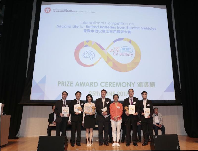 署理環境局局長陸恭蕙(右三)今日(六月二十五日)與「電動車退役電池重用國際大賽」公開組的得奬隊伍合照。