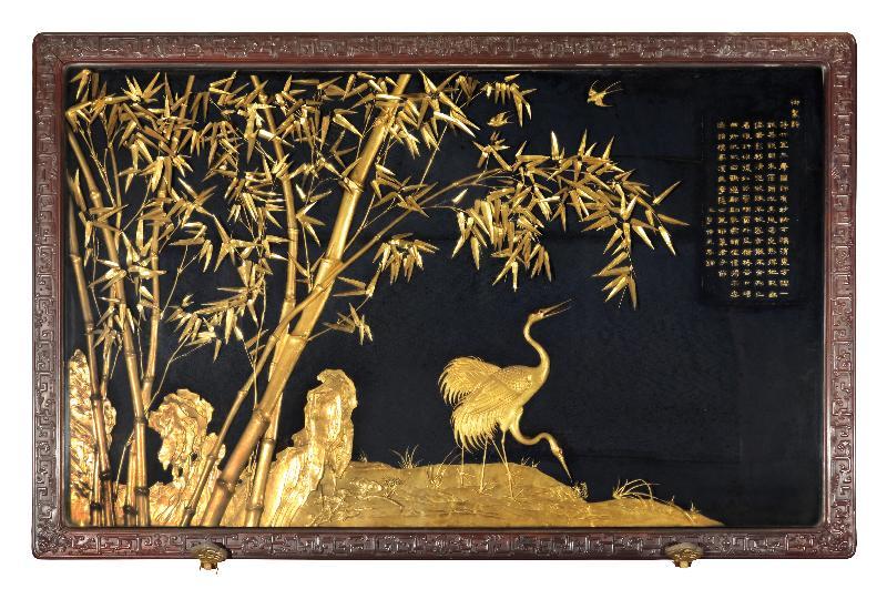 「八代帝居--故宮養心殿文物展」於六月二十九日至十月十五日在香港文化博物館舉行。圖示展覽的其中一件重點展品--紫檀木框鍍金竹林雙鶴掛屏。© 故宮博物院