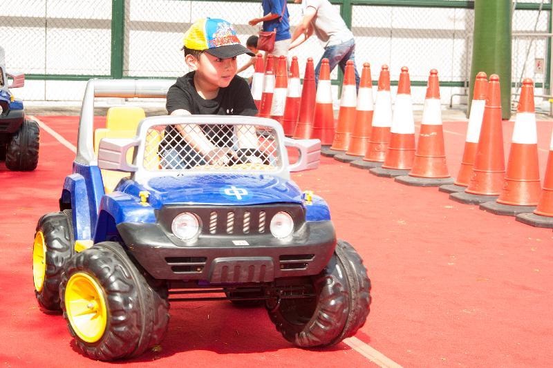 「油尖旺區各界活力‧愛慶回歸嘉年華」於七月一日下午一時至五時在旺角麥花臣遊樂場舉行。圖示當日節目之一的小型電動車體驗。