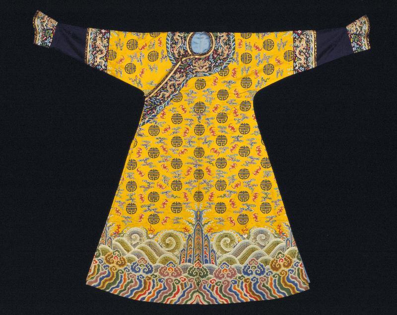 「萬壽載德--清宮帝后誕辰慶典」於七月二日至十月九日在香港歷史博物館舉行。圖示展覽的其中一件重點展品--明黃色彩雲蝠團壽紋妝花緞女綿袍。© 故宮博物院