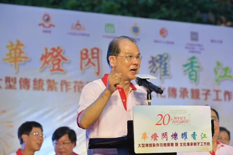 政務司司長張建宗今日(六月二十五日)晚上出席「慶祝香港特別行政區成立二十周年紀念--華燈閃爍耀香江」大型傳統紮作花燈展覽暨文化傳承親子工作坊,並在活動上致辭。