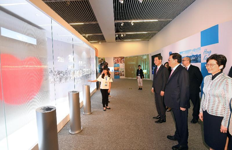 中共中央政治局常委、全國人大常委會委員長張德江(右二)今日(六月二十六日)在行政長官梁振英(右三)及候任行政長官林鄭月娥(右一)的陪同下,參觀在北京舉行的「香港回歸祖國二十周年──同心創前路 掌握新機遇」成就展。展覽的重點是香港和祖國「同心」在「一起」,共同推進香港的繁榮穩定和國家的改革開放與現代化建設,一起創造更美好的明天。