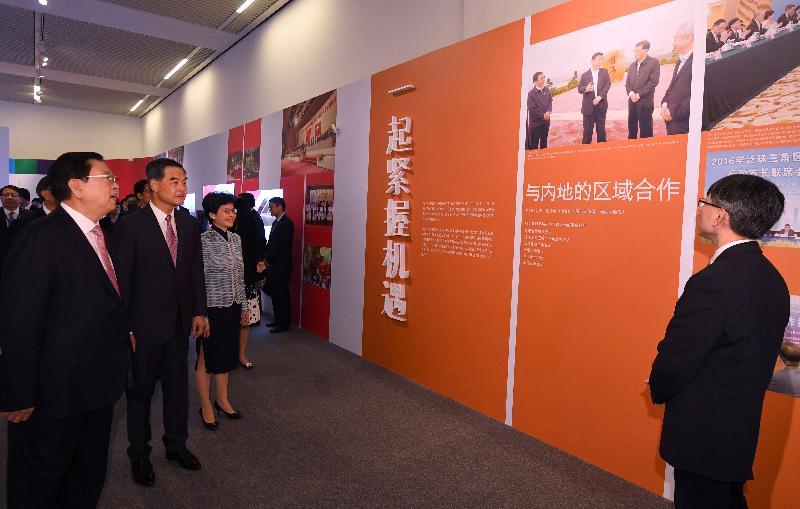 中共中央政治局常委、全國人大常委會委員長張德江(左一)今日(六月二十六日)在行政長官梁振英(左二)及候任行政長官林鄭月娥(左三)的陪同下,參觀在北京舉行的「香港回歸祖國二十周年──同心創前路 掌握新機遇」成就展。圖示張德江、梁振英和林鄭月娥了解有關香港與內地的區域合作。