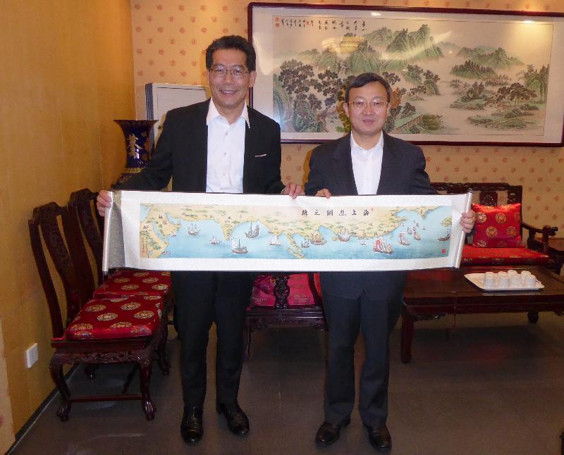 商務及經濟發展局局長蘇錦樑(左)今日(六月二十七日)在北京與商務部副部長王受文會面。
