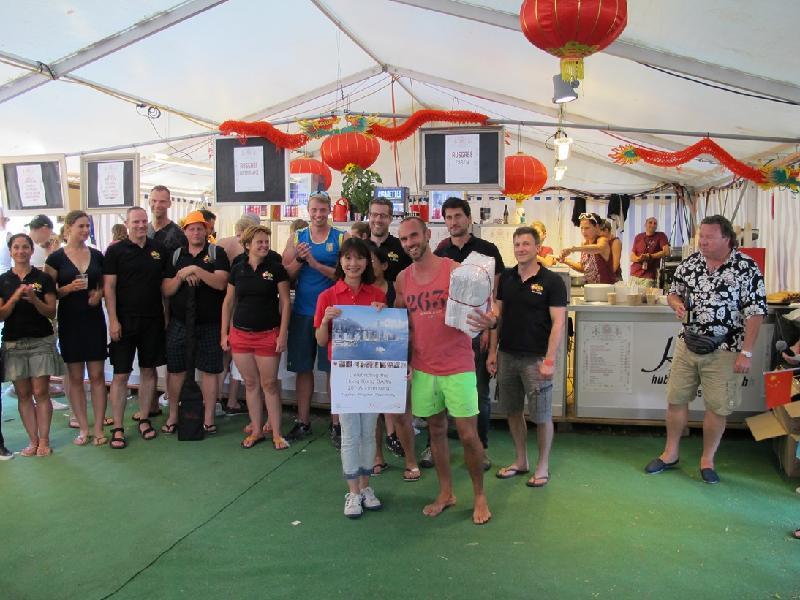 第二十六屆埃格利紹龍舟競賽於六月二十四日至二十五日(埃格利紹時間)在瑞士舉行。圖示香港駐柏林經濟貿易辦事處副處長(前左)盧巧慧與其中一支勝出龍舟隊伍合照。