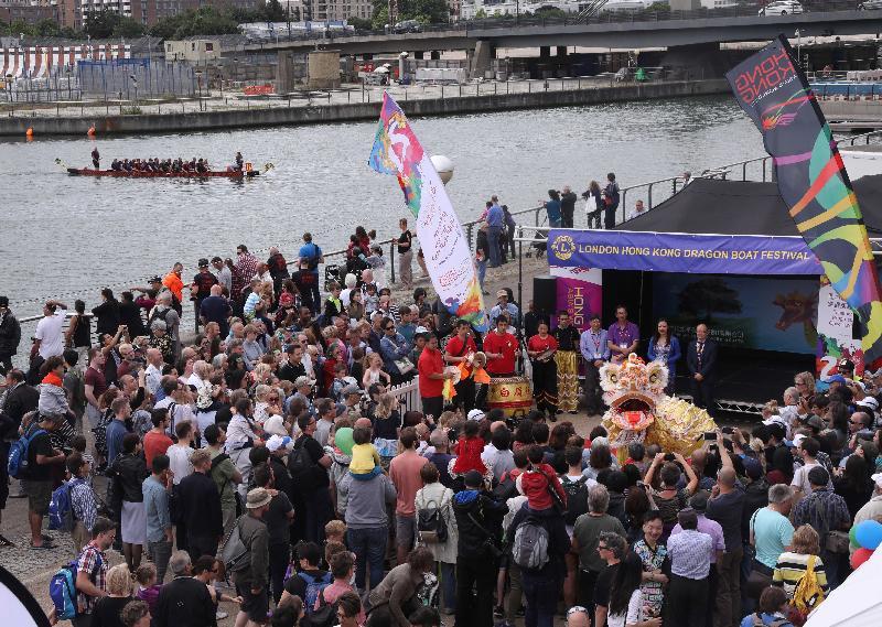2017倫敦香港龍舟同樂日於六月二十五日(倫敦時間)在倫敦船塢區舉行。圖示開幕禮以繽紛熱鬧的舞獅作結。