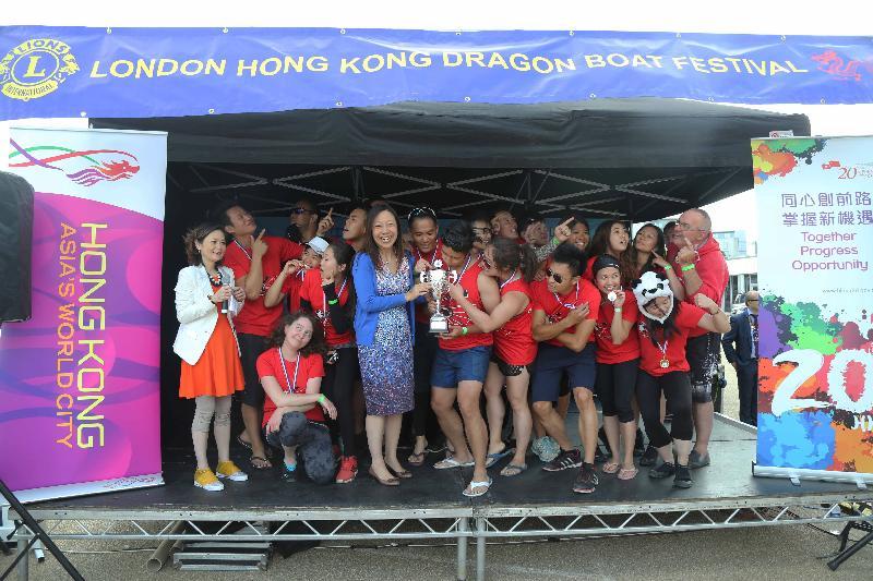 2017倫敦香港龍舟同樂日於六月二十五日(倫敦時間)在倫敦船塢區舉行。圖示香港駐倫敦經濟貿易辦事處(倫敦經貿辦)處長杜潔麗(前排右六)將倫敦經貿辦獎杯頒予公開組優勝隊伍Windy Panda Cubs。
