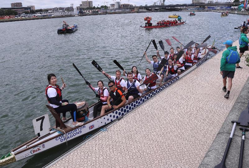 2017倫敦香港龍舟同樂日於六月二十五日(倫敦時間)在倫敦船塢區舉行。圖示倫敦經貿辦及友好組成的龍舟隊準備出賽。