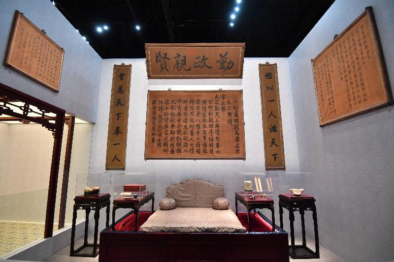 「八代帝居--故宮養心殿文物展」今日(六月二十八日)於香港文化博物館揭幕。圖為雍正勤政工作的「西暖閣」場景。