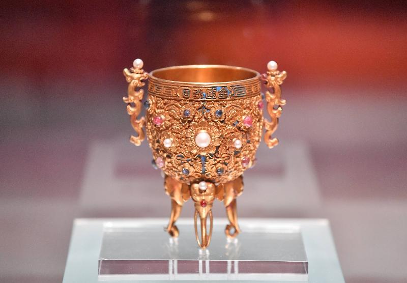 「八代帝居--故宮養心殿文物展」今日(六月二十八日)於香港文化博物館揭幕。圖為清朝乾隆時期的金嵌珠寶「金甌永固」杯。