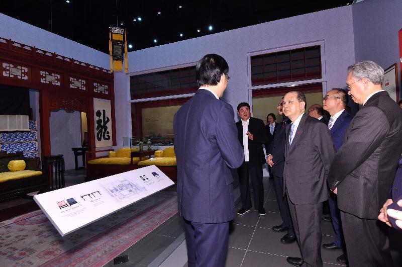 政務司司長張建宗今日(六月二十八日)在香港文化博物館出席「八代帝居--故宮養心殿文物展」開幕典禮。圖示張建宗(前排右二)參觀展覽。