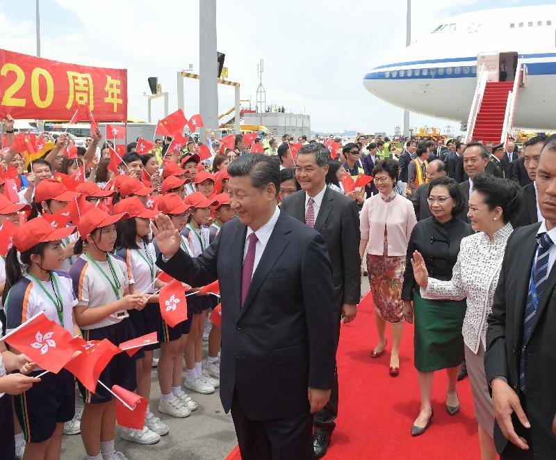 國家主席習近平(左一)今日(六月二十九日)抵港,在機場停機坪獲在場人士熱烈歡迎。旁為行政長官梁振英(左二)及夫人梁唐青儀(右三)、候任行政長官林鄭月娥(左三)和國家主席夫人彭麗媛(右二)。