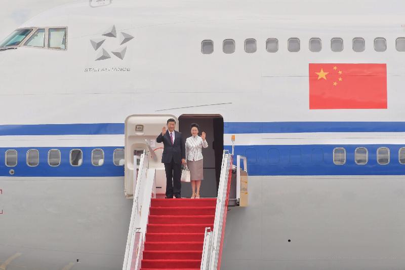 國家主席習近平(左)及夫人彭麗媛(右)今日(六月二十九日)抵達香港國際機場時向迎候行列揮手。